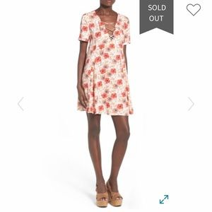 ASTR the label Lace-up shift dress hibiscus print